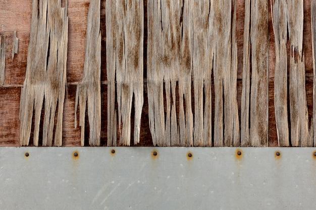 Cippatura sulla superficie invecchiata con chiodi arrugginiti Foto Gratuite