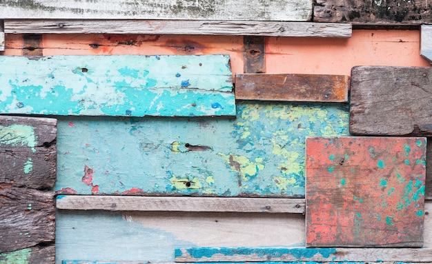 배경에 대한 오래된 빈티지 벽지, 노출 된 나무 벽 외관, 아름다운 마루 나무를 형성하는 원시 나무의 패치 워크를위한 목재 소재 배경 프리미엄 사진
