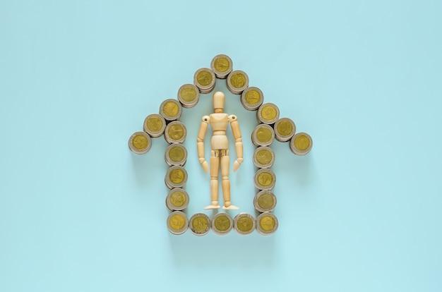 ウッドモデルは、家のシンボルとして設定されたタイバーツ硬貨の真ん中にとどまります。 Premium写真