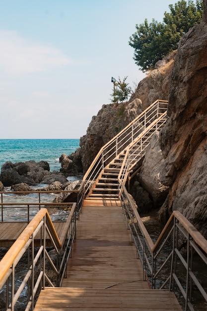 海の山の上の木の階段 無料写真