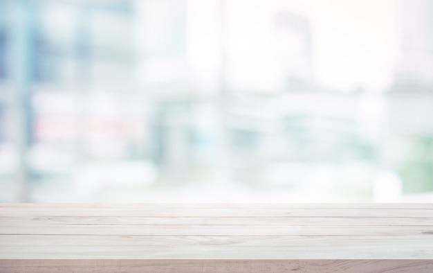 Деревянная столешница на размытом фоне окна белого стекла Premium Фотографии