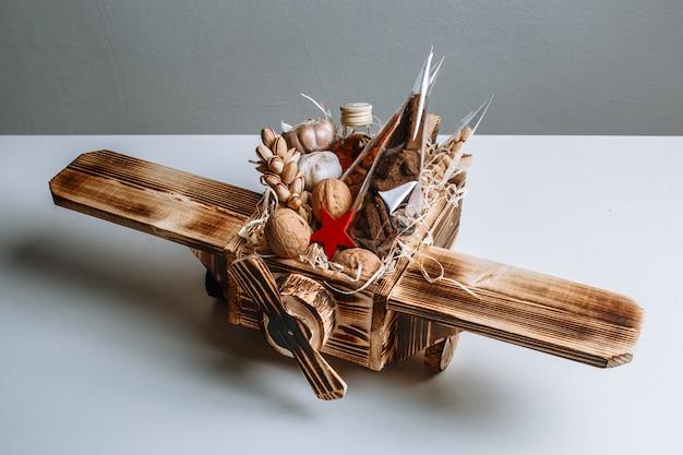 Деревянная игрушка самолет, наполненный орехами. оригинальный подарок к празднику Premium Фотографии