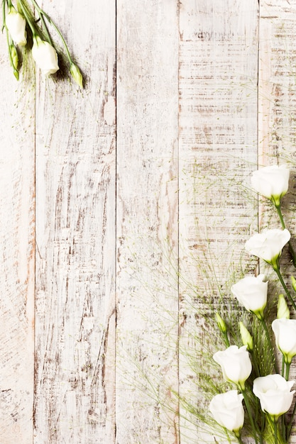 Wooden background with bouquet of white flowers Premium Photo