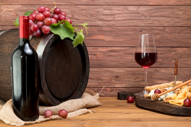 Wooden barrel next to wine and tapa Free Photo