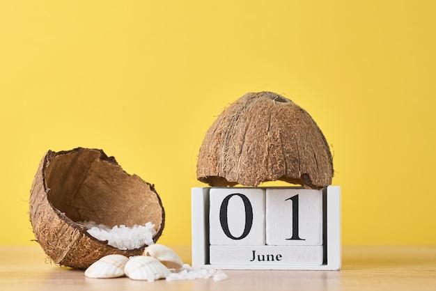 木製ブロックカレンダーとココナッツ Premium写真