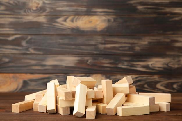 Деревянные блоки нарушены на коричневом фоне. вид сверху Premium Фотографии