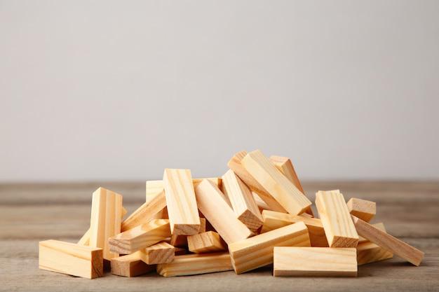 Деревянные блоки на сером фоне Premium Фотографии
