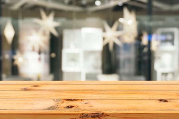 デパートバックグラウンドで木の板の空のテーブルぼかし。 Premium写真