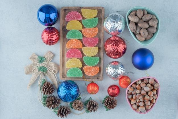Una tavola di legno piena di palle di natale e pigne. foto di alta qualità Foto Gratuite