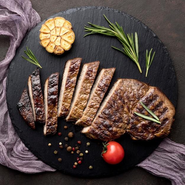 Tavola di legno con carne cotta Foto Gratuite