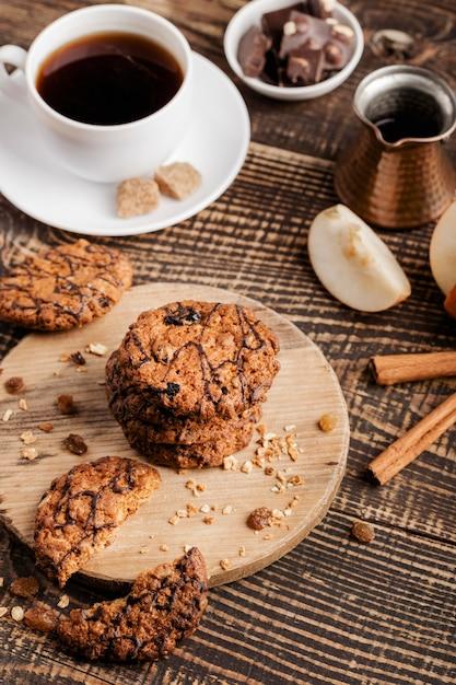 Деревянная доска с печеньем и чашкой чая Бесплатные Фотографии