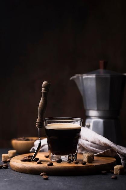 Деревянная доска со стаканом кофе Premium Фотографии