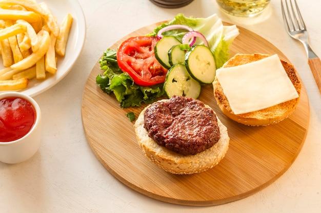 Деревянная доска с гамбургером и картофелем фри Бесплатные Фотографии
