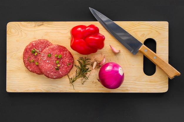 Tavola di legno con ingredienti hamburger Foto Gratuite