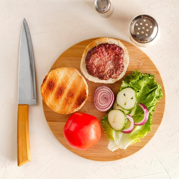 Деревянная доска с гамбургером Бесплатные Фотографии