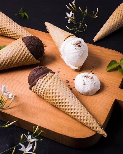 Tavola di legno con gelato sul cono Foto Gratuite