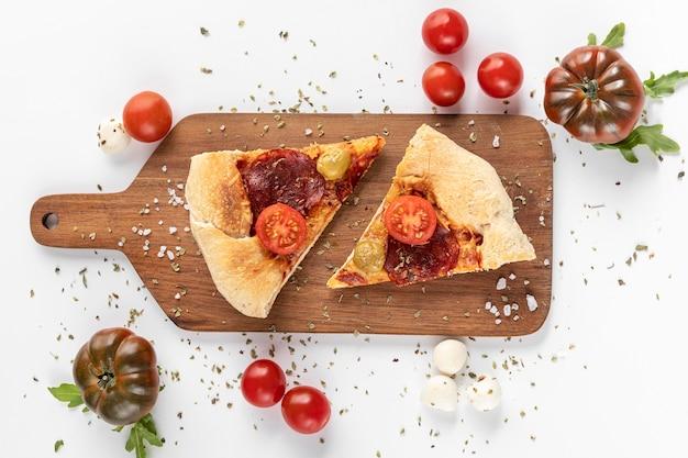 ピザと木の板 Premium写真