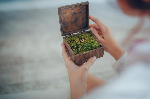Wooden boho wedding box and wedding rings Premium Photo