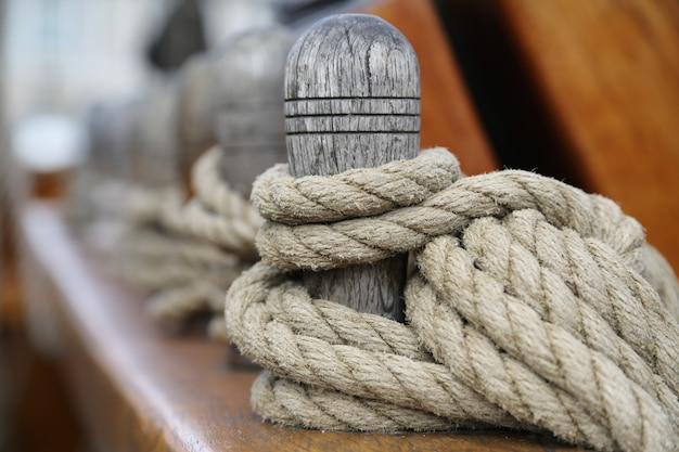 Деревянный столбик с привязанной веревкой Бесплатные Фотографии