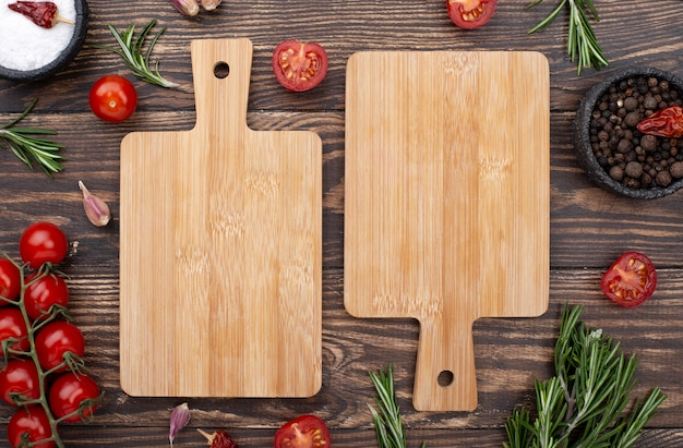 Wooden bottoms with tomatoes Premium Photo