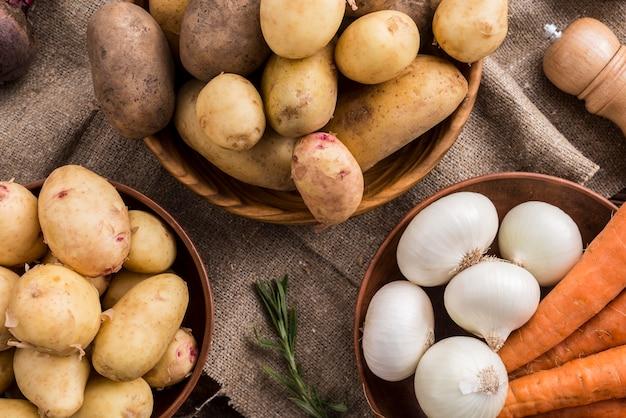 Деревянные чаши с картофелем, морковью и чесноком Бесплатные Фотографии