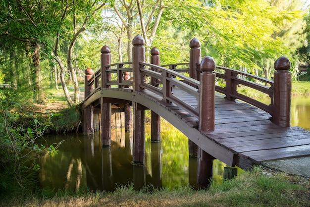 Деревянный мост в природном общественном парке Premium Фотографии