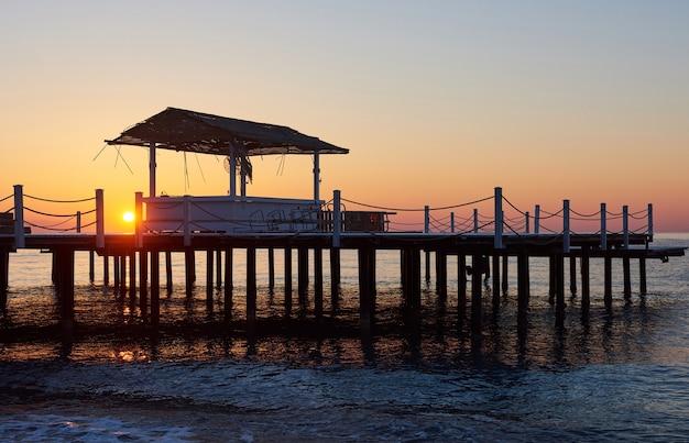 美しい空を背景に木製の橋脚 無料写真