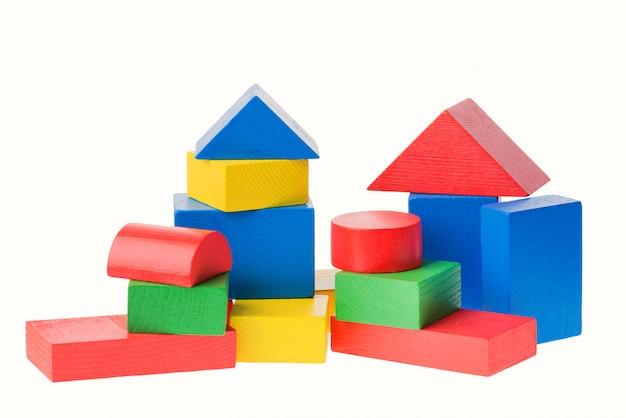 Деревянные строительные блоки для детей, изолированные на белом Premium Фотографии