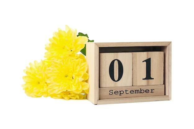 Деревянный календарь и цветы, изолированные на белом фоне Premium Фотографии