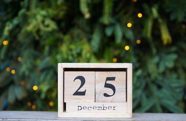 Деревянный календарь с датой рождества на стене елки. Premium Фотографии