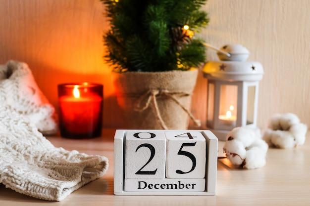 クリスマスのお祝いの背景に対して日付12月の木製カレンダー選択的な焦点 Premium写真