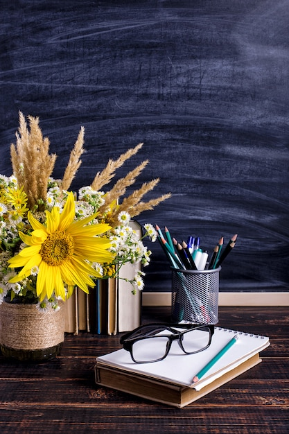 Wooden chalk board frame and vase bouquet on table empty Premium Photo