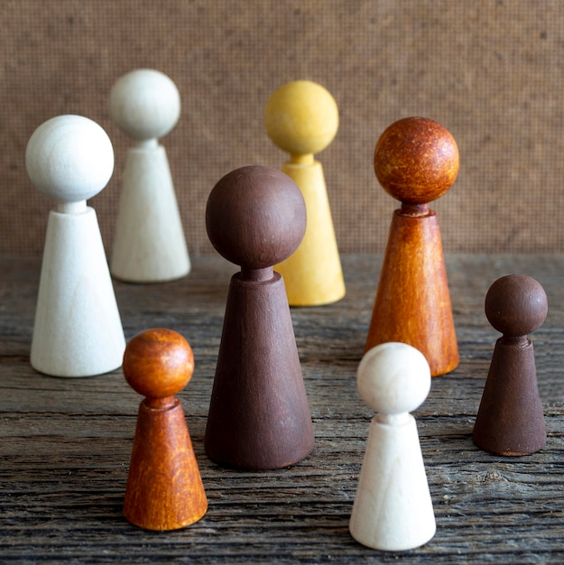 テーブルの上の木製のチェスの駒 無料写真