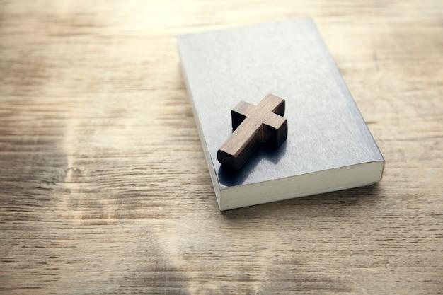 本の木製の十字架 Premium写真