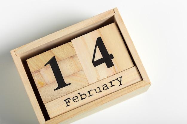 Деревянные кубики с датой 14 февраля Premium Фотографии