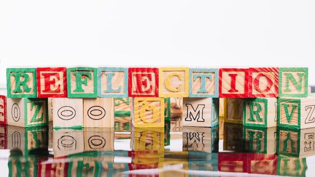 反射のタイトルを持つ木製の立方体 無料写真