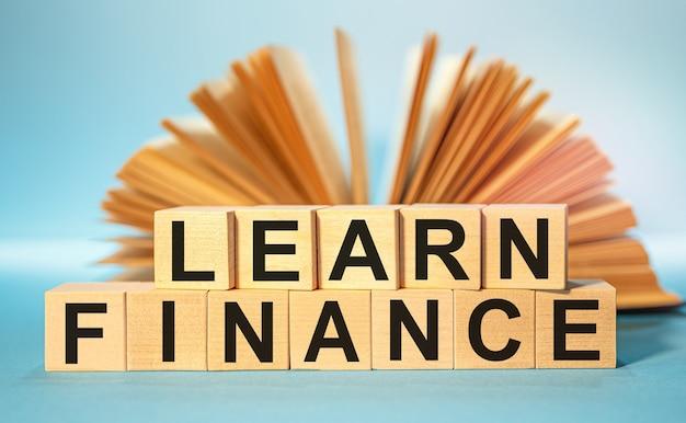약어 Learn Finance가있는 나무 큐브 프리미엄 사진