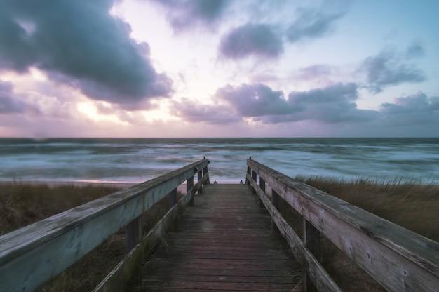 ドイツのズィルト島の海に囲まれたビーチのウッドデッキ 無料写真