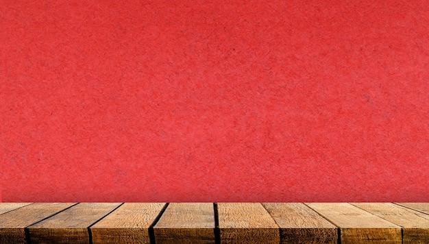 광고 배경 및 빨간 종이 벽 배경으로 배경 복사 공간 나무 디스플레이 보드 선반 테이블 카운터, 프리미엄 사진