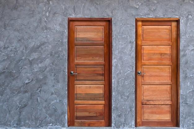 콘크리트 벽 텍스처에 나무로되는 문 프리미엄 사진