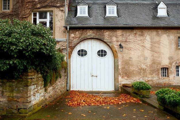 ドイツ、ヨーロッパの邸宅の木製の入り口 Premium写真