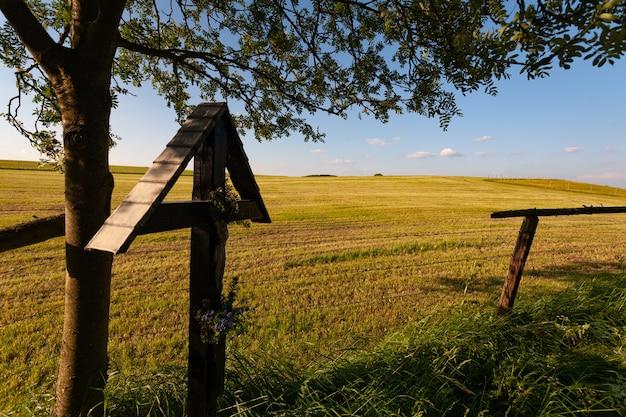 アイフェル、ドイツの青空の下で乾いた草原に木製のフェンス 無料写真