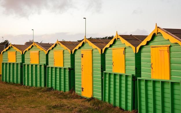 Деревянные зелено-желтые коттеджи в сельской местности Бесплатные Фотографии