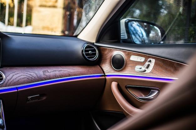 Interni in legno di un'auto di lusso. Foto Gratuite