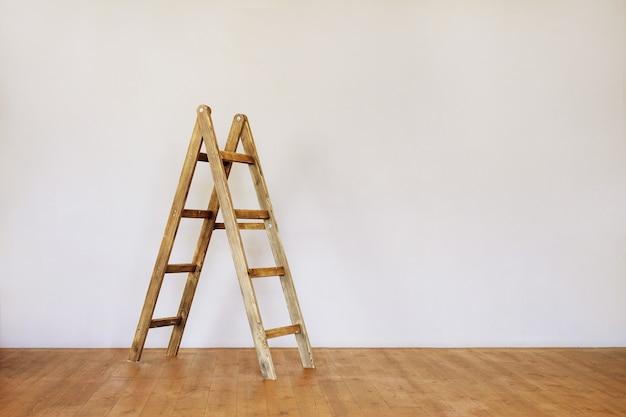 テキスト用のスペースと空のロフトスタイルの部屋の木製のはしご。 Premium写真