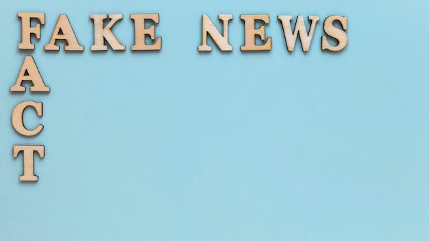フェイクニュースと木製の手紙 無料写真