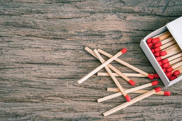 Деревянная спичка на деревянной Premium Фотографии