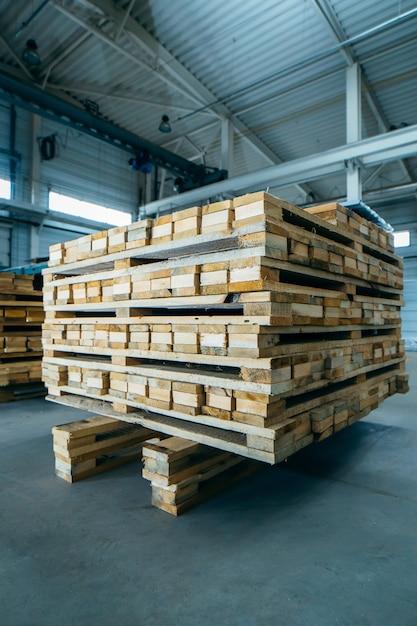 サンドイッチパネル製造の木製パレット Premium写真