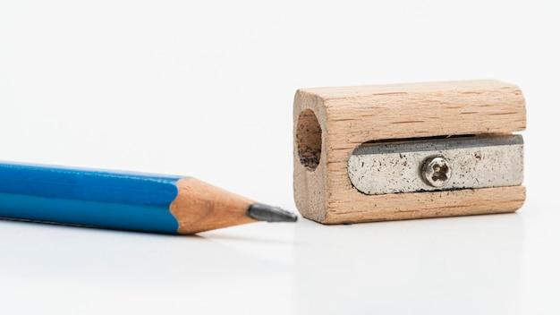 Деревянная точилка для карандашей с синим карандашом Бесплатные Фотографии
