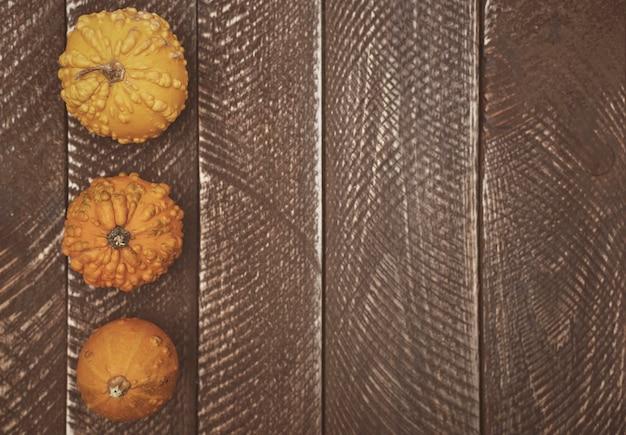 木の板と黄色いカボチャ 無料写真